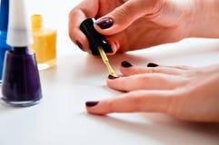 Tratamento de mãos colorido dos pregos Foto de Stock Royalty Free