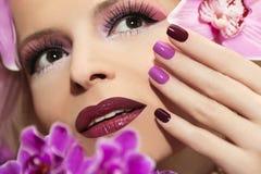 Tratamento de mãos com orquídea fotografia de stock