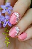 Tratamento de mãos cor-de-rosa com mini pérolas imagem de stock royalty free