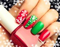 Tratamento de mãos da arte do prego do feriado de inverno do Natal Fotografia de Stock Royalty Free