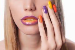 Tratamento de mãos da cor da mulher Foto de Stock Royalty Free