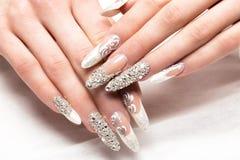 Tratamento de mãos do casamento de Beautifil para a noiva em tons delicados com cristal de rocha Projeto do prego Close-up imagem de stock royalty free