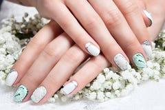 Tratamento de mãos do casamento para a noiva em tons delicados Imagens de Stock Royalty Free