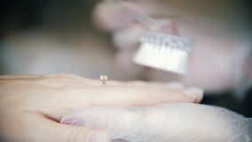 Tratamento de mãos do hardware em uma clínica da cosmetologia Mãos de limpeza da poeira filme