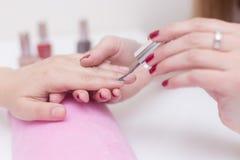 Tratamento de mãos do prego em um salão de beleza Fotografia de Stock Royalty Free