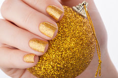 Tratamento de mãos dourado bonito Fotos de Stock Royalty Free