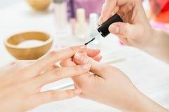 Tratamento de mãos e verniz para as unhas Fotos de Stock Royalty Free