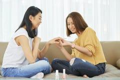 Tratamento de mãos em casa imagem de stock