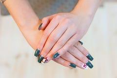 Tratamento de mãos fêmea bonito Foto de Stock Royalty Free