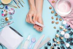 Tratamento de mãos - ferramentas para a criação, os polimentos do gel, o cuidado e a higiene para pregos Salão de beleza, salão d fotos de stock