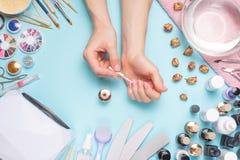 Tratamento de mãos - ferramentas para a criação, os polimentos do gel, o cuidado e a higiene para pregos Salão de beleza, salão d fotografia de stock royalty free
