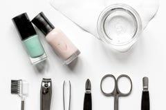 Tratamento de mãos francês - preparando ferramentas na opinião superior do backround branco fotos de stock