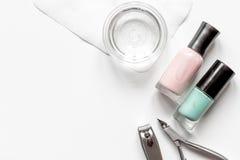 Tratamento de mãos francês - preparando ferramentas na opinião superior do backround branco fotografia de stock