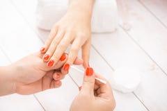 Tratamento de mãos que faz em um salão de beleza dos termas da beleza imagem de stock royalty free