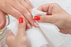 Tratamento de mãos que faz no salão de beleza Imagem de Stock Royalty Free
