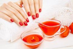 Tratamento de mãos vermelho com dekor Termas Foto de Stock