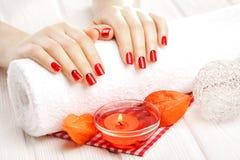 Tratamento de mãos vermelho com dekor Termas Fotos de Stock Royalty Free