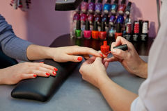 Tratamento de mãos, vermelho do verniz de prego Imagens de Stock Royalty Free
