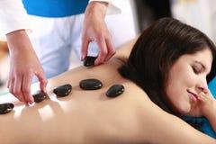 Tratamento de pedra quente da mulher Imagens de Stock