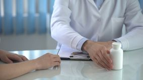 Tratamento de prescrição do médico ao paciente fêmea e a dar comprimidos da vitamina filme