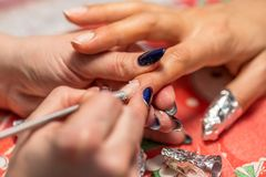 Tratamento do tratamento de mãos no salão de beleza do prego Imagens de Stock