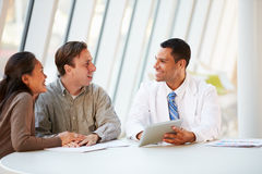 Tratamento do doutor Utilização Tabuleta Computador Discussing com pacientes Fotos de Stock Royalty Free