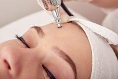 Tratamento do ozônio com apparat da cosmetologia Physiotheraphy Efeito de levantamento Rejuvenescimento da pele da cara do ozônio foto de stock