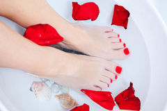 Tratamento do pé de Pedicure com água Imagens de Stock Royalty Free
