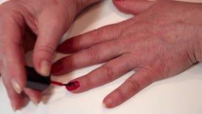 Tratamento do tratamento de mãos no salão de beleza video estoque