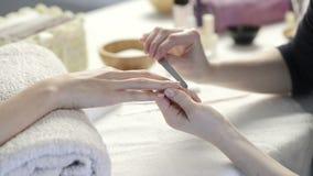 Tratamento do tratamento de mãos no salão de beleza do prego video estoque