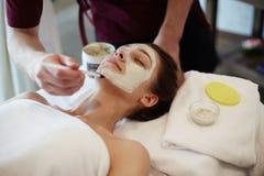 Tratamento facial da beleza nos TERMAS imagem de stock