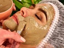 Tratamento facial da pele da máscara do colagênio Mulher idosa 50-60 anos velha Fotografia de Stock Royalty Free