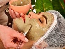 Tratamento facial da pele da máscara do colagênio Mulher idosa 50-60 anos velha Fotos de Stock Royalty Free