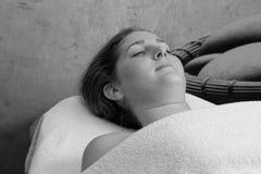 Tratamento facial em um centro B&W dos TERMAS imagens de stock