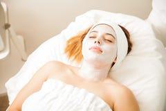 Tratamento hidratando da cara em uns termas Fotografia de Stock Royalty Free