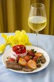 Tratamento romântico do bolo de queijo e do champanhe Imagem de Stock