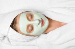 Tratamentos da beleza Mulher que aplica a máscara facial em termas fotografia de stock