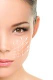 Tratamiento antienvejecedor del lifting facial - mujer asiática Imagen de archivo libre de regalías