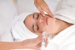 Tratamiento cosmético con la inyección del botox Imágenes de archivo libres de regalías