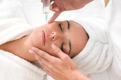 Tratamiento cosmético con la inyección del botox Imagen de archivo