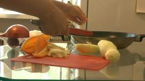 Tratamiento culinario del calabacín almacen de metraje de vídeo