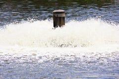 Tratamiento de aguas por el aerador Fotos de archivo