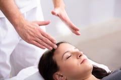 Tratamiento de Giving Reiki Healing del terapeuta a la mujer imagen de archivo