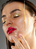 Tratamiento de la belleza con aceite de oliva Imágenes de archivo libres de regalías