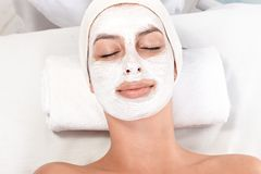 Tratamiento de la belleza con la máscara facial Imagen de archivo libre de regalías