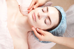 Tratamiento de la belleza de la mujer joven - masaje facial Fotografía de archivo libre de regalías
