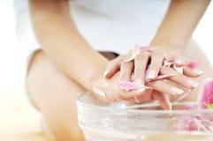 Tratamiento de la belleza del balneario de la mano Fotografía de archivo libre de regalías