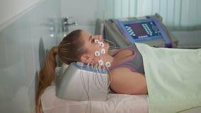 Tratamiento de la belleza Mujer que consigue el electro estímulo facial almacen de video