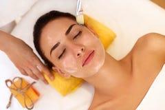 Tratamiento de la cara La mujer en salón de belleza consigue a Marine Mask Imágenes de archivo libres de regalías