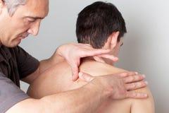 Tratamiento de la dermatología en el doctor fotografía de archivo libre de regalías